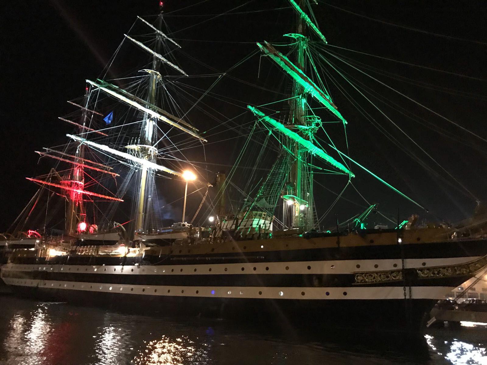 nave scuola amerigo vespucci di notte illuminata luci tricolore (1) -  Livornopress