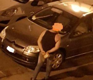 Mattone in mano e girata notturna tra le auto