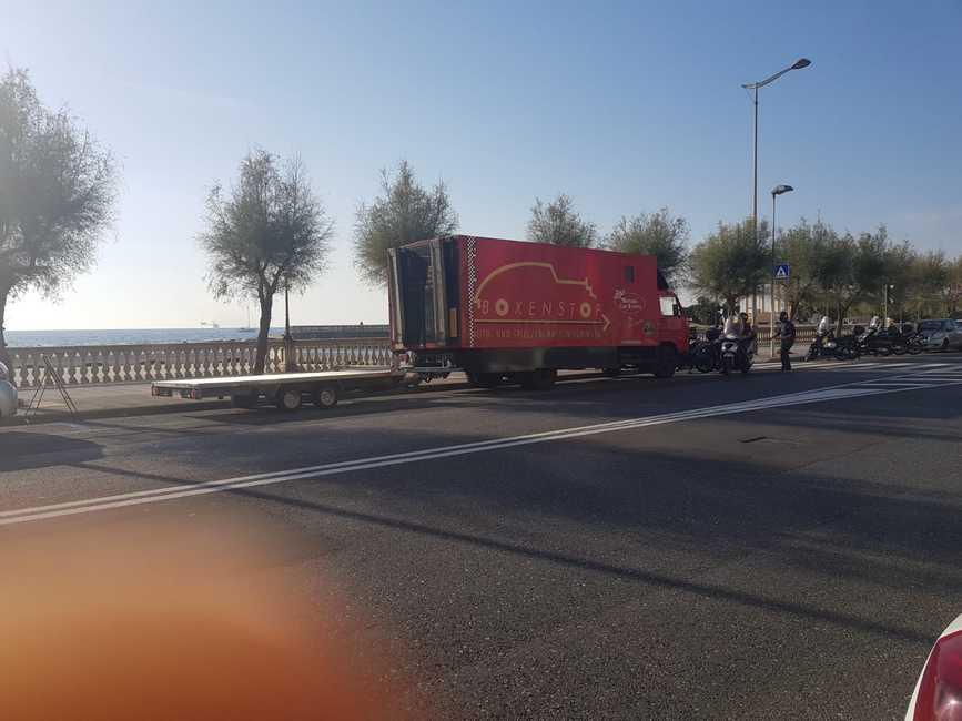 Camion tedesco parcheggiato contromano e sugli stalli blu da giorni