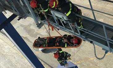 Esercitazione in porto, i vigili del fuoco salvano un guista (5)