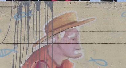 Secchiata di vernice sul murale Ciarle de Barrios (2)
