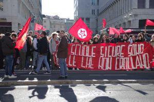 Studenti in piazza per le scuole sicure