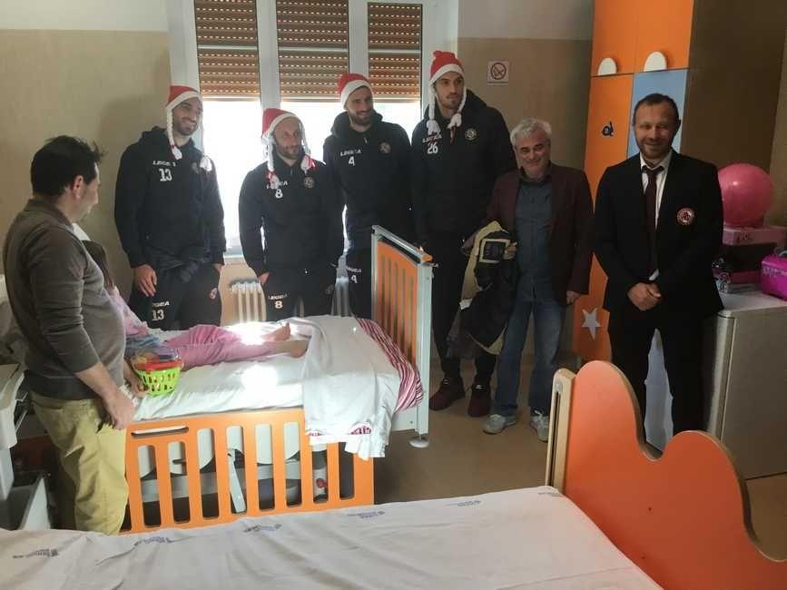 Natale 2018, in Pediatria i giocatori del Livorno Calcio