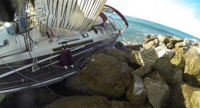 Imbarcazione a vela incagliata alla Torre della Meloria
