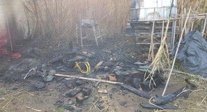 Vandali agli Orti Urbani, incendio vicino alle case e casottino danneggiato (2)