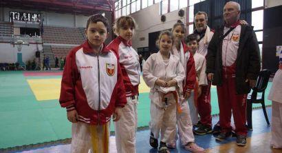 gruppo piccoli atleti con maestri
