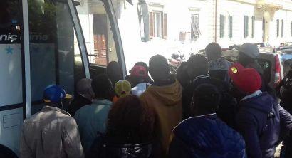 Arci chiude a Livorno i centri accoglienza, la partenza dei migranti (12)