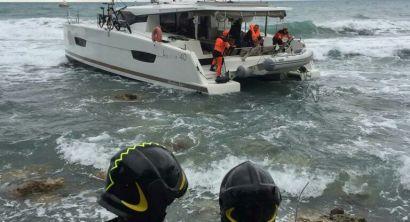 Catamarano incagliato a Castiglioncello