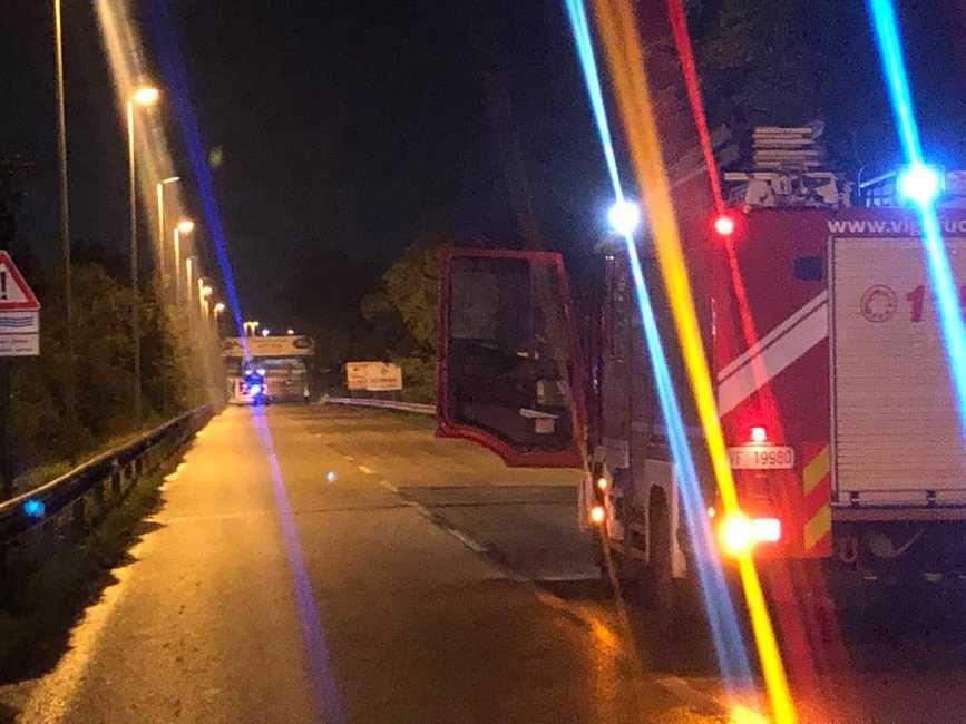 Cadono calcinacci dal sottopasso, colpita auto in via Firenze