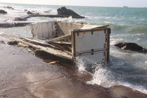 Container spiaggiato davanti al camping Miramare