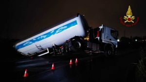 LivornoPress autocisterna gpl fuori strada incidente