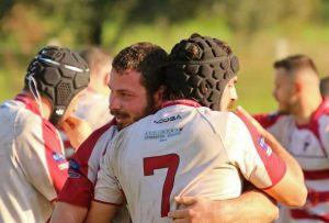 LivornoPress rugby, Scardino capitano dei Lions Amaranto (con la maglia numero 7) abbracciato a Fusco
