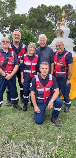 Richard Gere iassieme ai volontari dell'associazione dei carabinieri sezione di Livorno