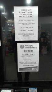 Carteli di avviso Totem Usl alla Rosa non funzionante