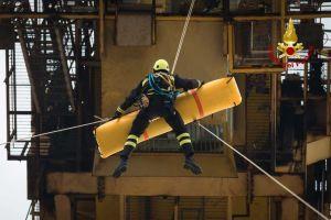 Gruista soccorso a 50 metri da terra