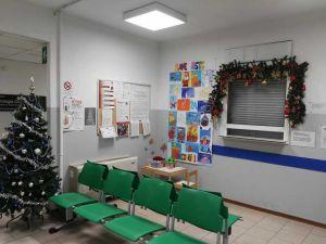 I disegni della scuola primaria Villa Corridi esposti nella sala di attesa del Laboratorio Analisi