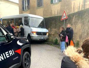montenero scuolabus contro un muro
