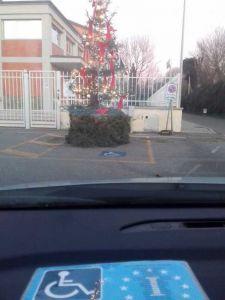 albero di Natale nel parcheggio dei disabili