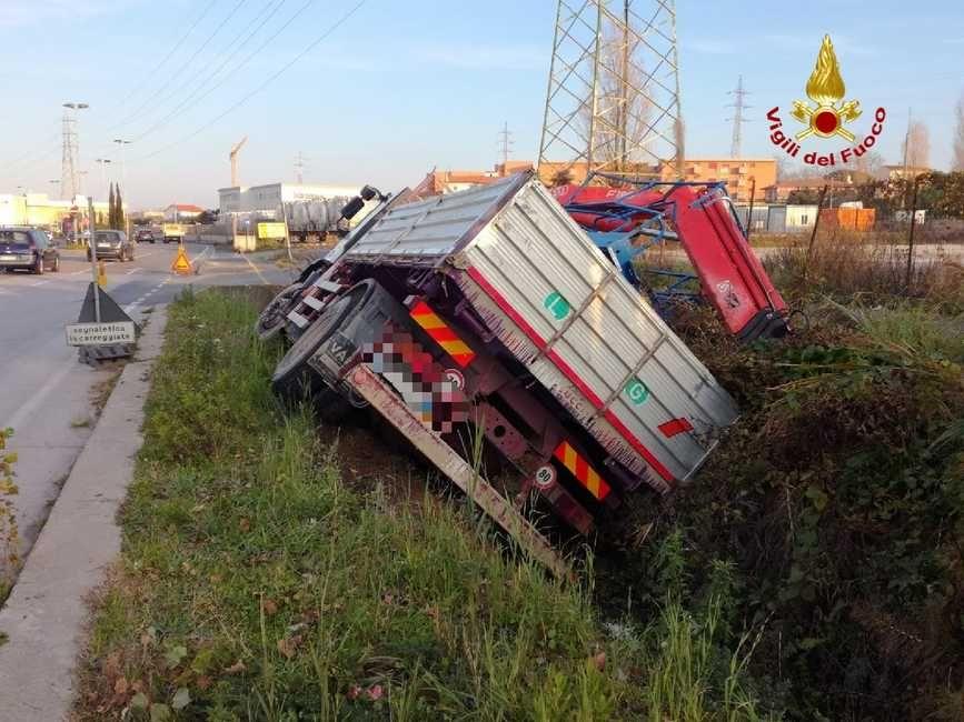 incidente camion fuori strada in via Firenze