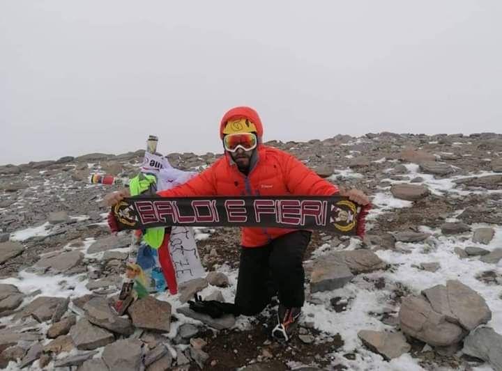 Alessio Anguillesi sulla vetta dell'Acongaua a 6962 metri con la sciarpa del Livorno