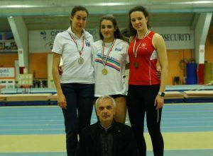 Il podio del pentathlon juniores da sinistra Chiaratti, Giovannini e Pircher con il consigliere federale Oscar Campari (foto ArdeleanFIDAL Veneto)