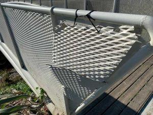 Salviano, il ponte passerella nel parco ancora i balia dei vandali