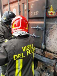 incendio rimorchio varco galvani (1)