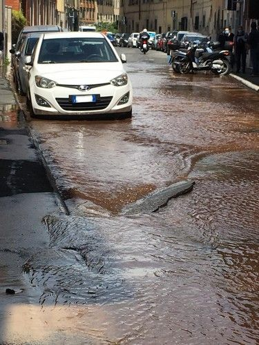 Borgo San Jacopo scoppia un tubo dell'acqua, strada allagata e voragini