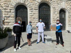 Dipendenti Decathlon e Atletica Amaranto donano al reparto covid di Livorno spray anti-appannante per le visiere