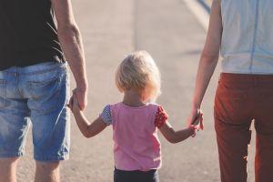famiglia-genitori-bambino