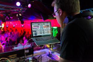 Discoteca-DJ-persone-ballo- dance-musica
