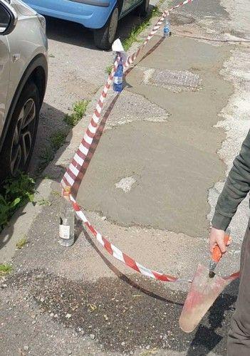 cittadino ripara marciapiede a sue spese