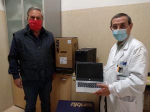 Il dottor Enrico Capochiani e il presidente di Ail Alessandro Baldi con il materiale donato