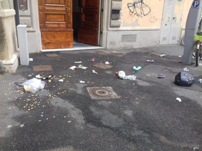 spazzatura e inciviltà in via dei Fulgidi
