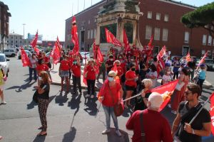I lavoratori delle mense e delle pulizie scolastiche hanno manifestato davanti alla Prefettura
