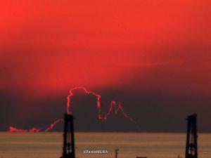 Lampi al tramonto, no giochi di luce di nubi retroilluminate dal sole