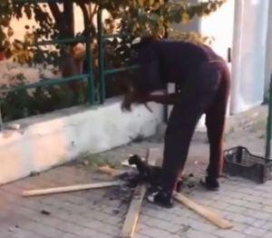 Stazione di Campiglia, uomo di colore cucina un gatto sul falò