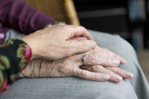 mani, anziano, parente, familiare, visita