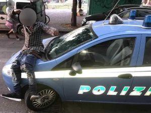 Foto derisoria sull'auto della Polizia, cittadino della Costa d'Avorio identificato e accompagnato al Cie