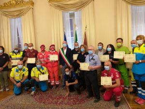 Salvetti ha consegnato una targa di ringraziamento alle associazioni di volontariato di Protezione Civile