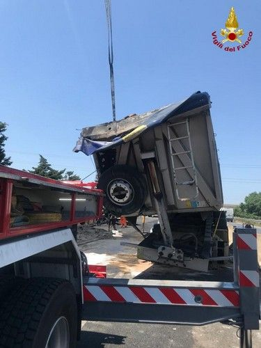 riotorto camion ribaltato