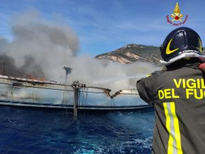 Elba, a fuoco barca a vela con 10 persone al bordo
