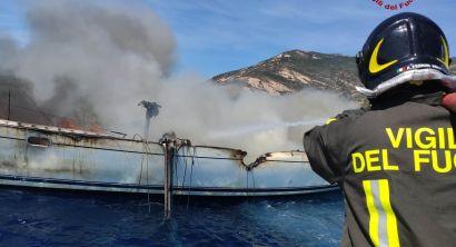 Elba, a fuoco barca a vela con 10 persone al bordo (2)