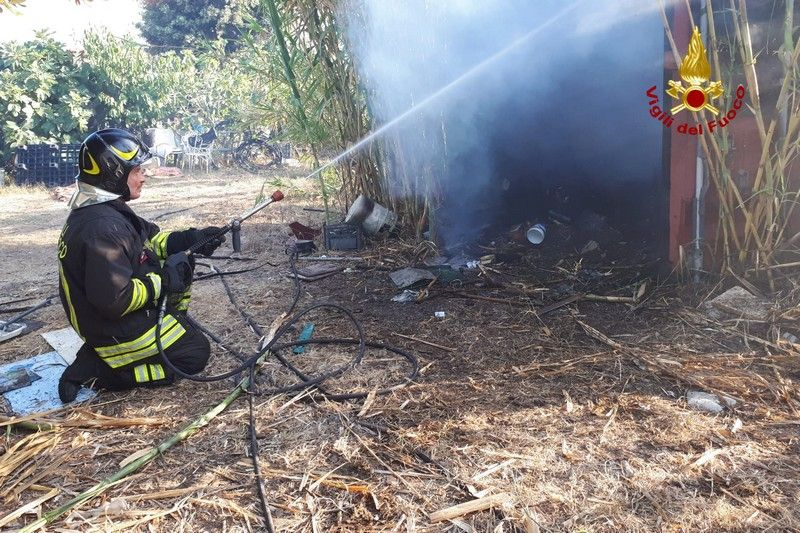 Incendio ad Antignano lungo la ferrovia, treni bloccati
