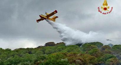 Incendio boschivo a Campiglia fiamme propagate alle colline, Intervengono anche elicotteri e canadair (1)