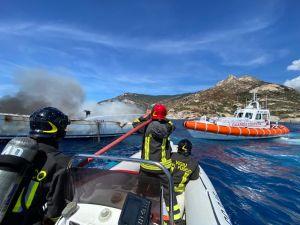 Isola d'Elba incendio barca a vela, l'intervento della Guardia Costiera