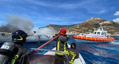 Isola d'Elba incendio barca a vela, l'intervento della Guardia Costiera (7)