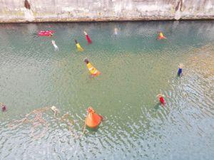 Mani tese spuntano fuori dall'aqua in Venezia. E' una installazione sui migranti