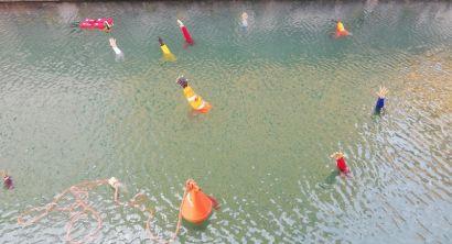 Mani tese spuntano fuori dall'aqua in Venezia. E' una installazione sui migranti (3)