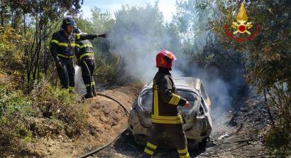 Monumento a Ciano, a fuoco auto in mezzo al bosco (2)